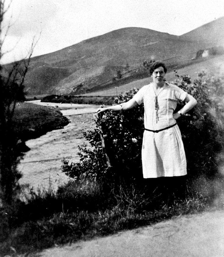 18 Lady at Bridge of Buchat
