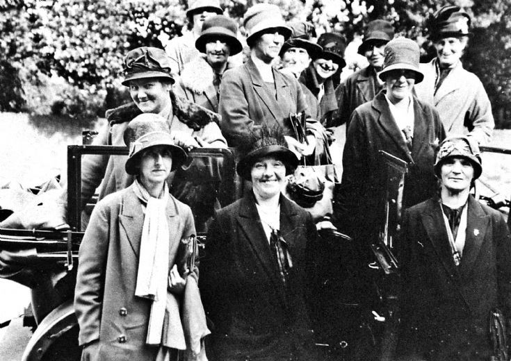 173 Ladies outing c 1920-30