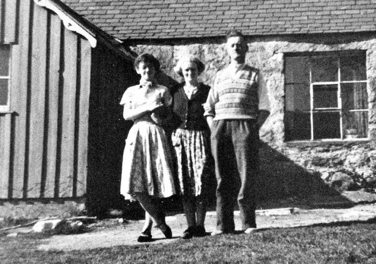 240 Rita with Mum and Dad at Netherton Glenbuchat